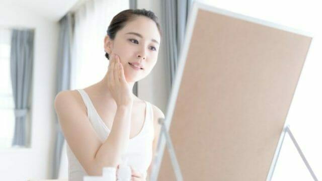 グリコール酸ピーリングの効果を実感する女性