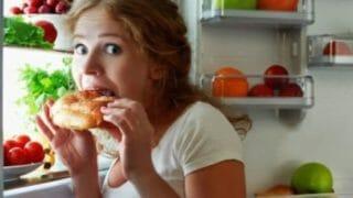 痩せたいのに食べてしまう女性